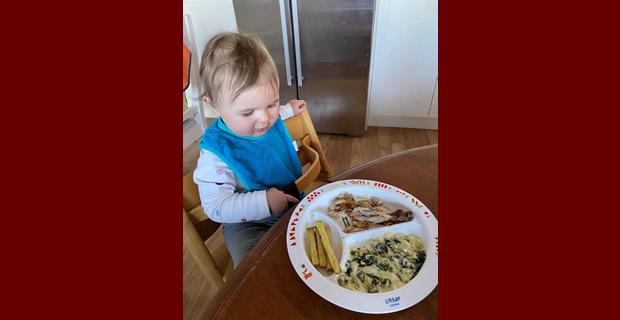 il bambino mangia